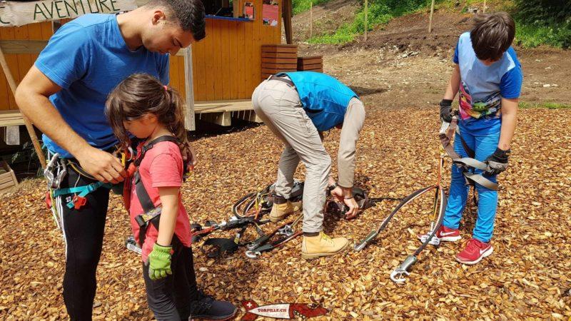Les juniors de la Torpille en train de s'équiper avec le matériel de sécurité.