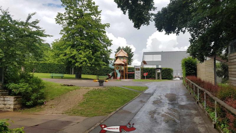 Une place de jeux est disponible sur les hauts du zoo du bois du petit chateau avec des tables de pic-nic.
