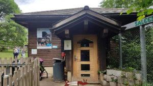 L'entrée du vivarium du zoo du bois du petit-chateau