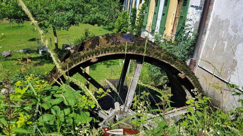 la roue à aube du moulin de croy sur le parcours des gorges du nozon