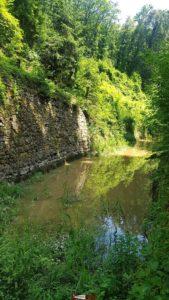 Le canal d'entreroches avec les murs de renforcement