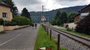 le chemin goudronné le long de la voie de chemin de fer pour aller aux gorges de Covatannaz