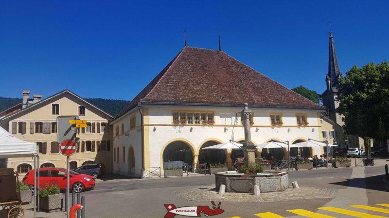 un ancien bâtiment hébergeant les anciennes halles de Môtiers datant du 16e siècle et au rez duquel se trouve aujourd'hui un café et restaurant.