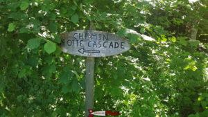 Le panneau en bois indiquant le chemin pour aller à la cascade - gorges de la Poëta-Raisse