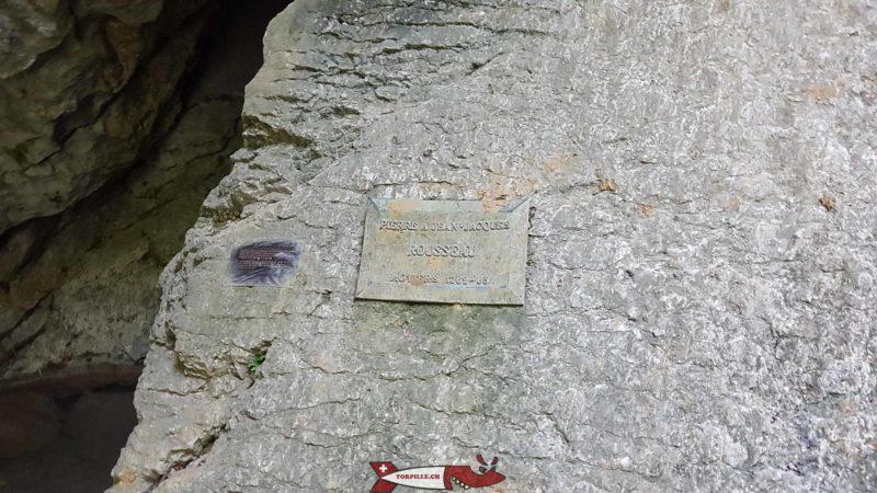"""la plaque marquant la """"pierre à Rousseau"""" au début de la grotte de Môtiers"""
