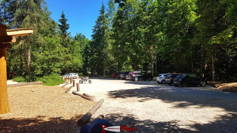 Un parking est à disposition à côté du village de Môtiers dans la forêt pour aller aux gorges de la Poëta-Raisse