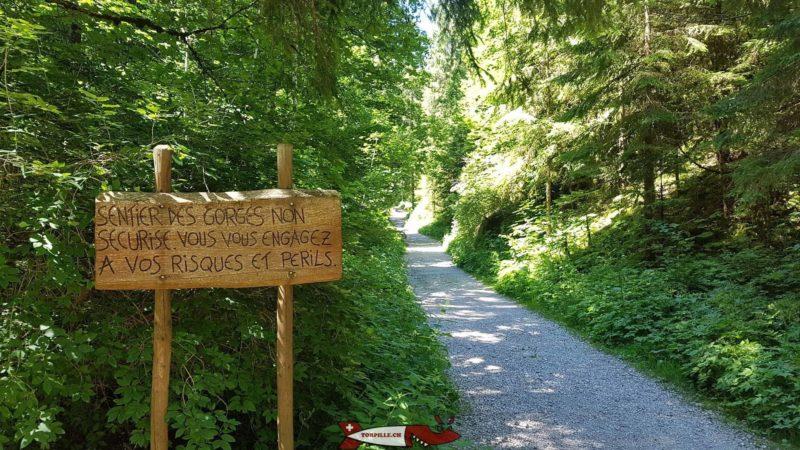 Le panneau du départ de la balade des gorges de la Poëta-Raisse.