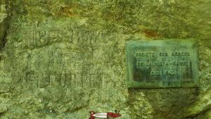 la plaque en mémoire de la création du chemin des gorges de la poëta-raisse
