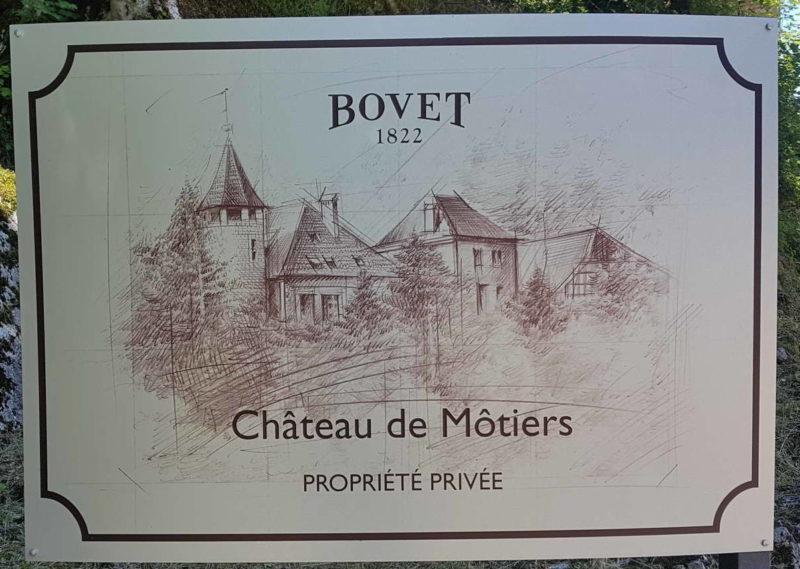 Une plaque métallique avec une vue d'ensemble du château de Môtiers sur le parcours des gorges de la Poëta-Raisse
