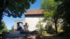 l'entrée du château de Môtiers sur le parcours des gorges de la Poëta-Raisse