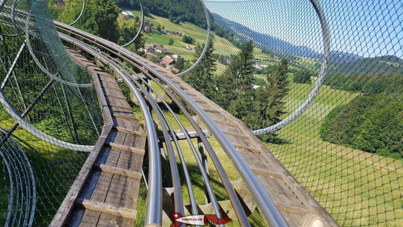 la piste de luge féeline du parc de loisirs de la Robella en pleine descente.