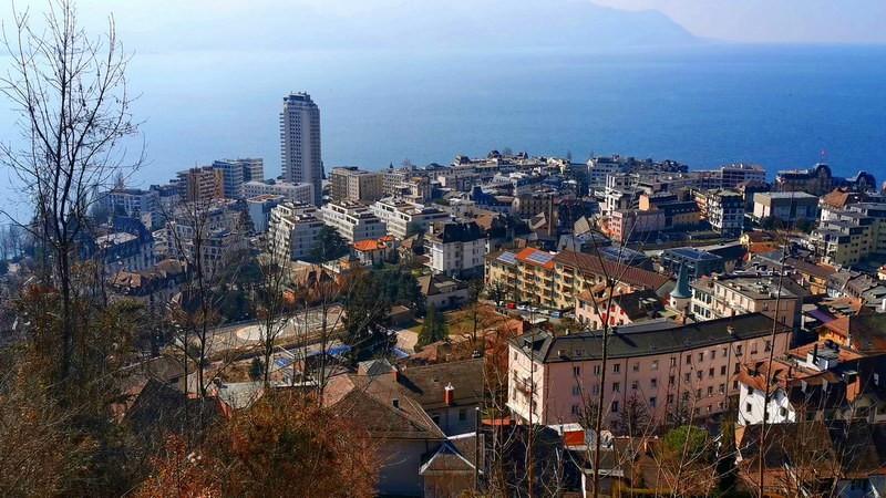 La vue sur Montreux et sa fameuse tour en descendant les escaliers.