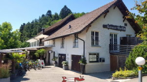 Le restaurant du mont-vully La vue près des Grottes des Roches Grises La Lamberta.