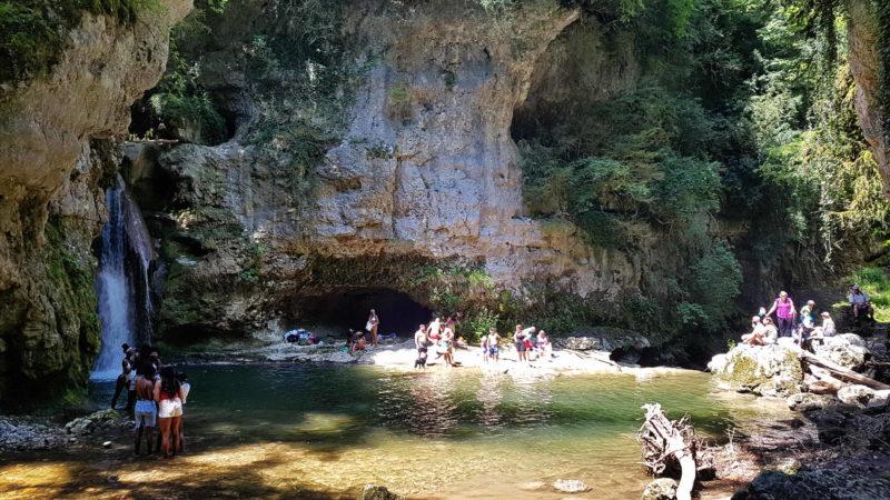 Des baigneurs juste sous la chute de la Venoge à la Tine de Conflens