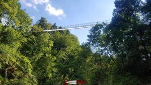 La passerelle vue depuis le sentier des gorges de la Vièze