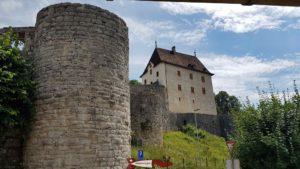 Le château de Valangin en haut des gorges du Seyon