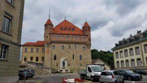 Pour accéder au château de l'Ancien évêché, un parking se trouve sur l'esplanade à côté du château Saint-Maire.