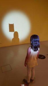"""un enfant devant un atelier de l'exposition """"Dans la tête"""" du musée de la main"""