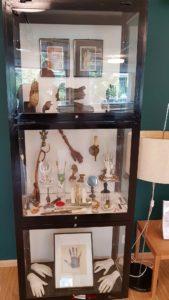 Quelques objets de la collection de Claude Verdan exposés dans une vitrine au rez du musée de la main.