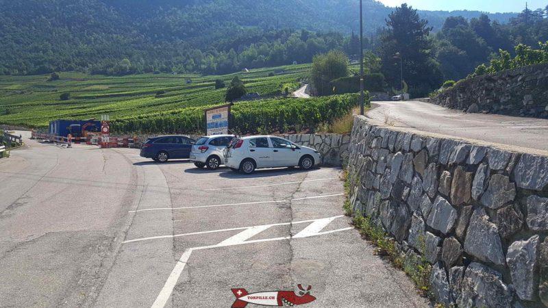Le parking dans les vignes au pied des gorges de la Borgne