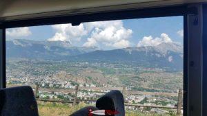 les châteaux de Valère et Tourbillon à Sion depuis le car postal montant dans le Val d'Hérens - Gorges de la Borgne