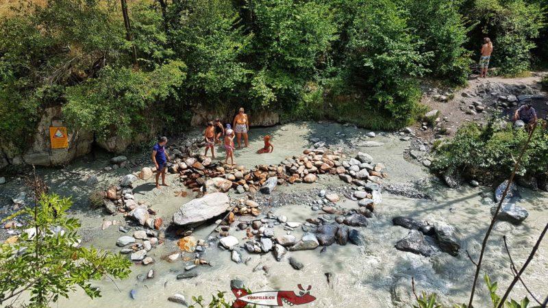 L'endroit où sort l'eau chaude de la Combioula à côté de la rivière Borgne.