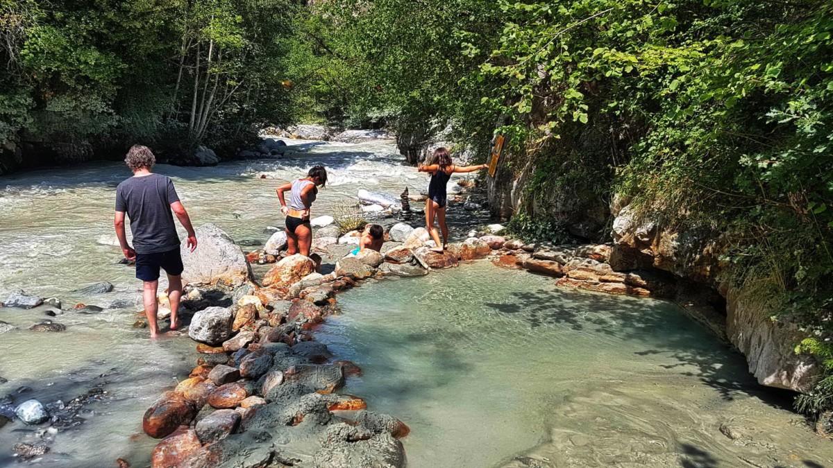Les source d'eau chaude de Combioula à 28 degrés. Elle se trouvent au bord de la rivière Borgne. Une bonne idée de sortie avec de petits enfants.