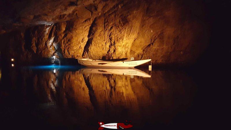 La barque depuis laquelle des concerts sont organisés sur le lac souterrain de Saint-Léonard
