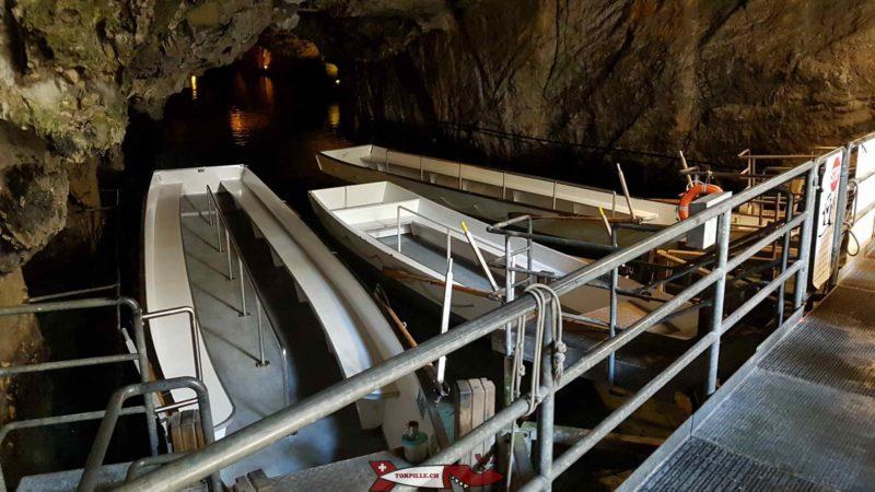 Les barques utilisées pour la visite du lac souterrain de Saint-Léonard