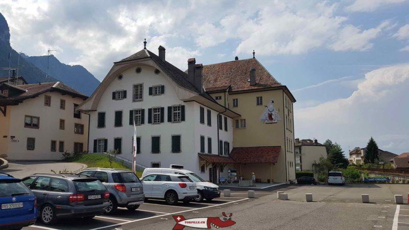 La maison de Rivaz contenant le musée des traditions et des barques du léman accolée au château de Saint-Gingolf