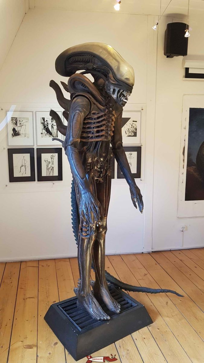 Une statue de science-fiction dans le musée HR Giger à coté du château de Gruyères.