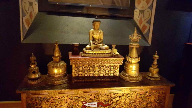 Des photos du musée contenant des statues, des objets rituels et des thangkas au tibet museum