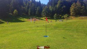 Le drapeau marquant le trou d'un parcours de footgolf à l'espace loisirs Basseruche.