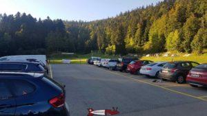 Le parking le plus proche de l'espace loisirs Basseruche avec les parcours de footgolf est arrière-plan.