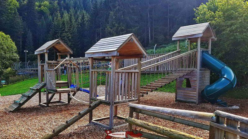 la place de jeux - luge d'été au moléson - parc de loisirs de Moléson