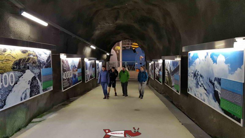 La galerie d'accès à la conduite forcée lors de la visite du barrage de la grande dixence