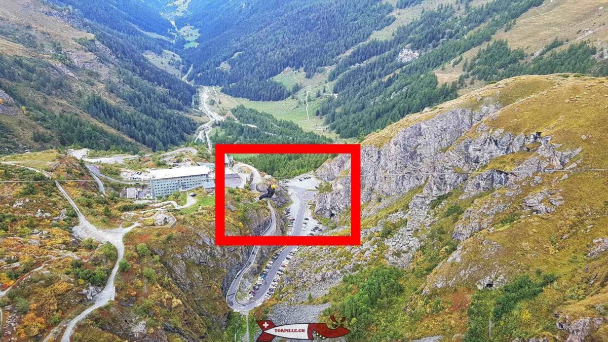 Une personne sur la tyrolienne vue depuis le couronne du barrage de la Grande Dixence.