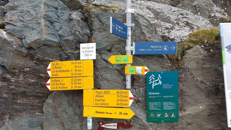 Des panneaux indicateurs à coté de l'arrivée du téléphérique du barrage de la Grande Dixence