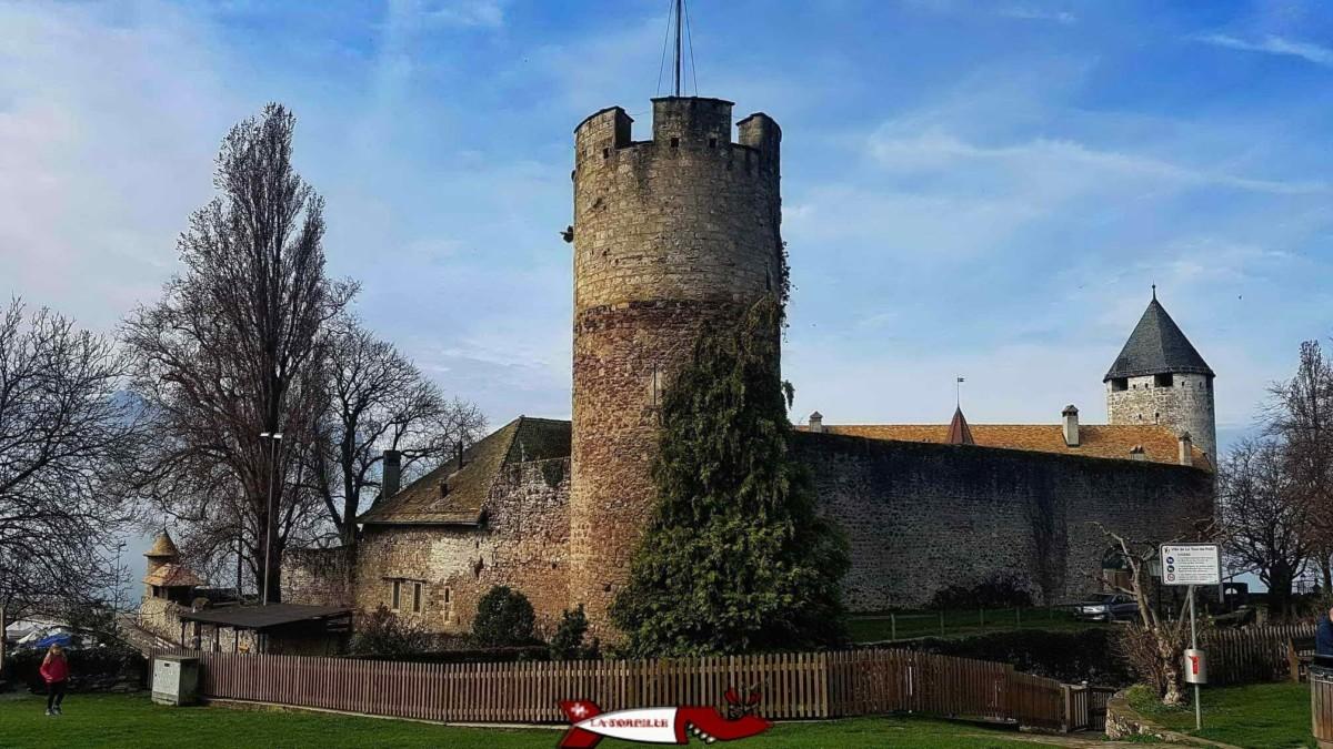 Le château de la Tour-de-Peilz qui abrite dans son corps de logis le musée Suisse du jeu.