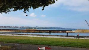 Le Palais de Nations de l'autre coté de la rive depuis le petit train de Genève