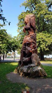Le Séquoia sculpté depuis le petit train de Genève