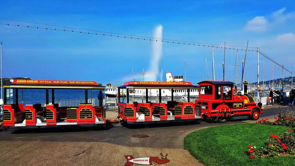 Le petit train à son point de départ dans le Jardin Anglais avec le Jet d'eau de Genève.
