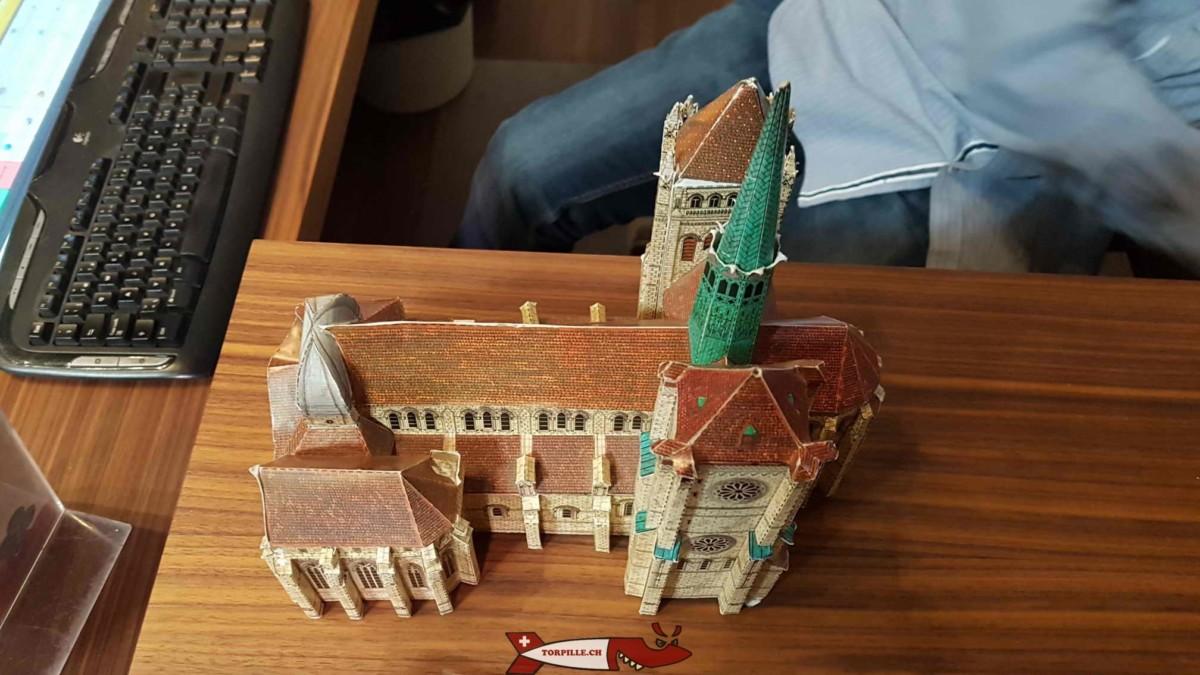 La maquette de la catédrale de Ganève en carton à monter soi-même vendu à l'intérieur de l'édifice.
