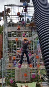 une face avec des petits plots et des cordes du mur de grimpe de l'espace loisirs de Basseruche