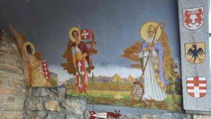 Les peintures et écussons sur le porche de la chapelle sous la statue du Christ-Roi