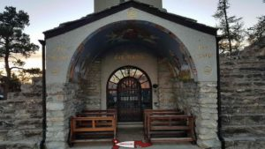 Le porche de la chapelle sous la statue du Christ-Roi