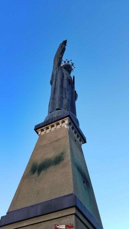 La statue du Christ-Roi depuis le bas de l'édifice.