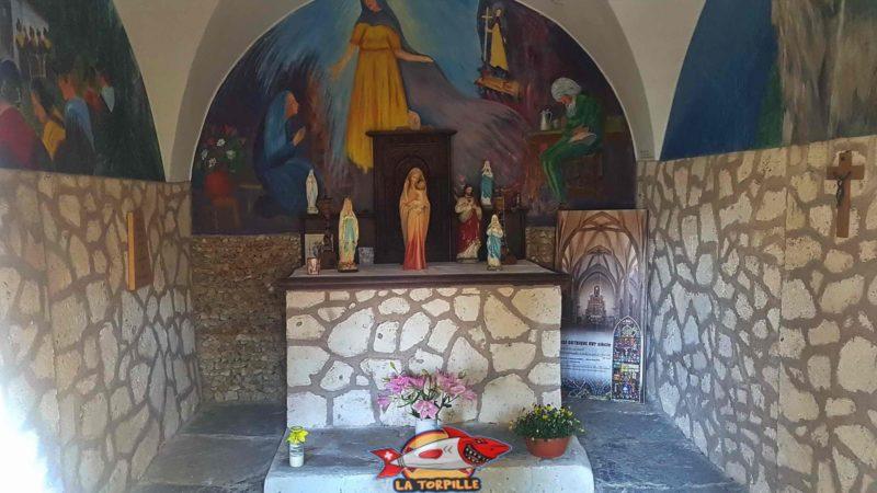 L'intérieur de la chapelle Sainte-Marguerite à côté du bisse de Savièse