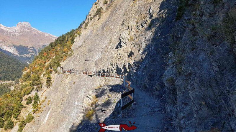 Le chemin du bisse de Savièse taillé dans la roche de la paroi