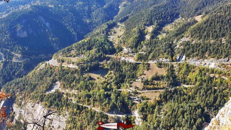 Vue depuis le bisse de Savièse ur Les virages de la route sur le versant Ouest du vallon de la Morge.